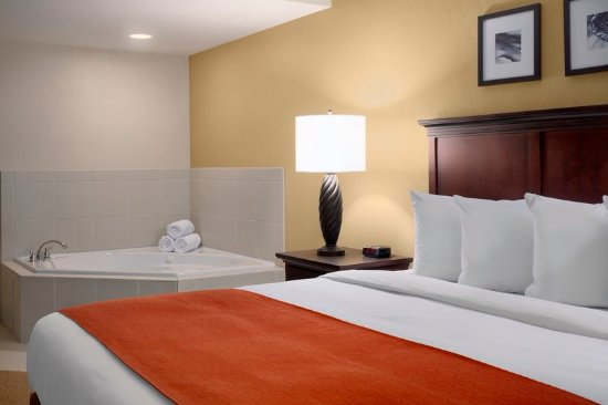 Dover, OH: King Whirlpool Suite