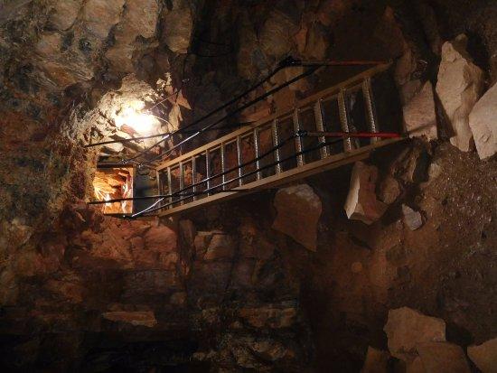 Parc de la Caverne Trou de la Fee: entré de la grotte
