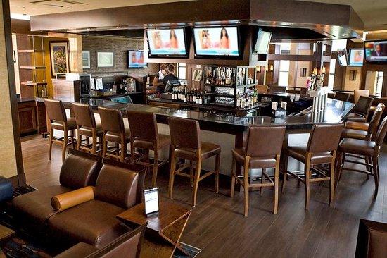 Doubletree by Hilton Hotel Hartford - Bradley Airport : Shade Bar Area