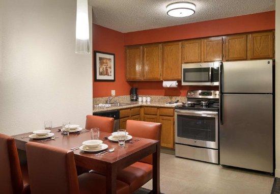 Residence Inn San Diego Sorrento Mesa/Sorrento Valley: Two Bedroom Suite    Kitchen