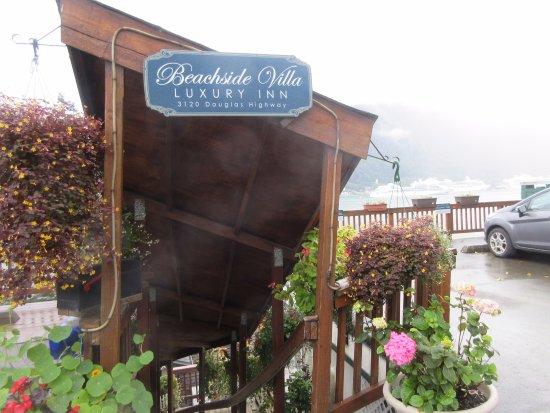 Beachside Villa Luxury Inn: 入り口となる階段