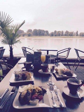 Monheim am Rhein, Германия: Samstag morgen beim Fruehstueck am Rhein