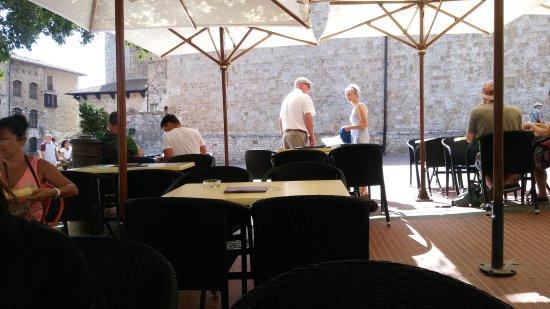 Castel San Gimignano, Italy: Tavoli all'aperto