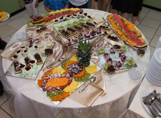 Nocciano, Italie : Buffet di frutta e dolci