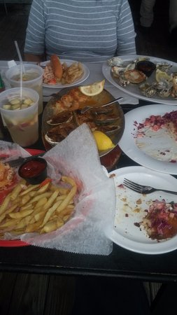 Island Park, NY: Everything from oysters, to crab cakes, to especially the lobster roll was fantastic.