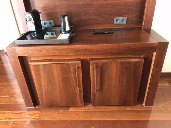 Minibar Im Wohnzimmer Deluxe Suite - Bild von Jumeirah Frankfurt ...