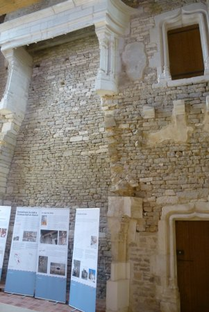 Chateauneuf, France: Logis des hôtes. Cheminée à l'étage disparu