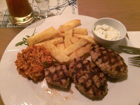 Backnang, Γερμανία: Suzukakia mit Pommes, Reis und Zaziki