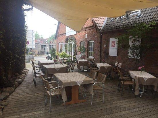 Seevetal, Alemania: Tische unter dem Sonnensegel