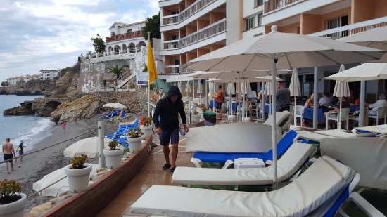 Hotel Balcon de Europa: The hotel sun bed area and adjacent beach