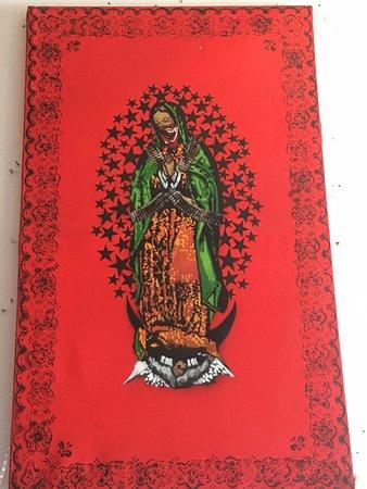 Centro Cultural Tierradentro Café: Virgen de Guadalupe zapatista en la entrada