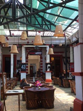 Centro Cultural Tierradentro Café: Mesas y equipales del restaurante