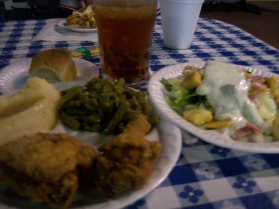 Warrenton, NC: Yummy Fried Chicken Plate & Salad.