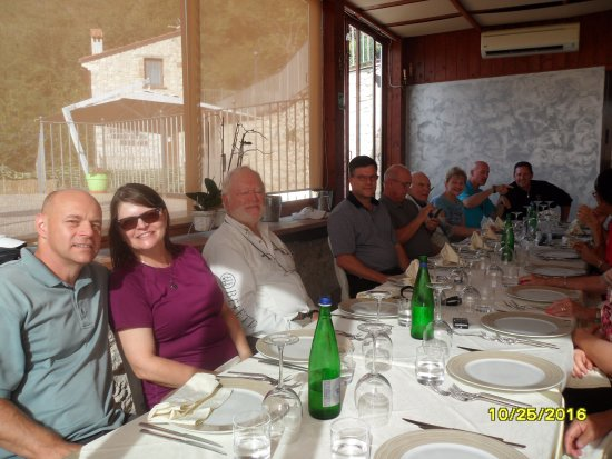 San Pietro Infine, Italie : Inside the restaurant... a table of WWII enthusiasts... waiting for the wine!