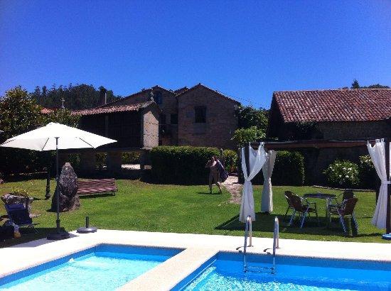 Casa alda Gasamans: Autour de la piscine, il y a des tables ombragées. Parasols et chaises longues disponibles.