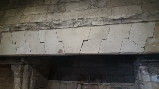 Conisbrough Castle: detail of the fireplace - mediaeval engineering