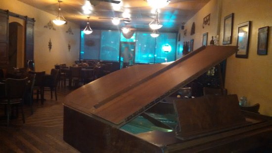 Tuscany Grill: Bar-side dining area w/ piano