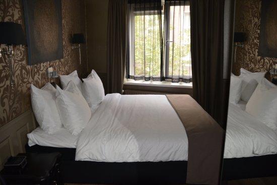 Hotel Sint Nicolaas: Habitación con el ventanal al fondo