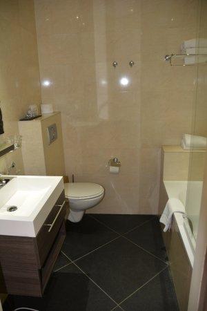 Hotel Sint Nicolaas: Cuarto de baño, con bañera.