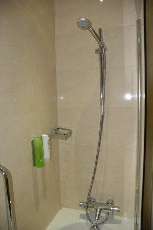 Hotel Sint Nicolaas: Ducha, con los dosificadores del gel y champú.