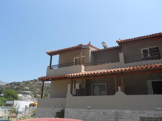 Morpheas Apartments : Vista dal parcheggio privato.