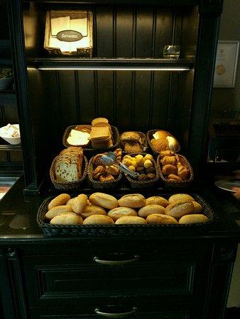 Hotel Sint Nicolaas: Diferente tipos de pan y bolleria.