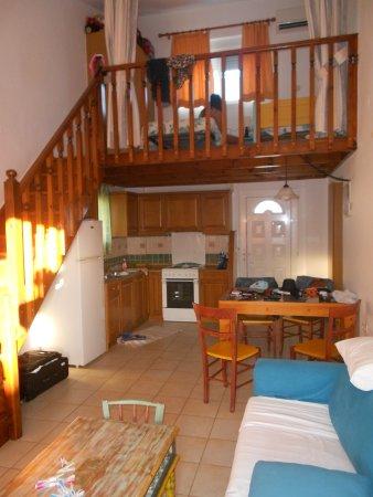 Morpheas Apartments: Ingresso con cucinetta, divano letto e soppalco con 2 letti singoli.