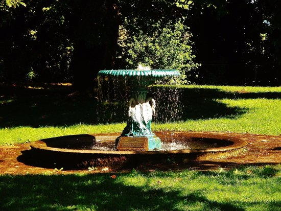 McLoughlin House: The fountain in the back yard area