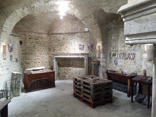 Un tailleur de pierre vous fait visiter son village: Ceci  est l'atelier où en fin de visite vous aurez le droit à une démonstration de taille de pie