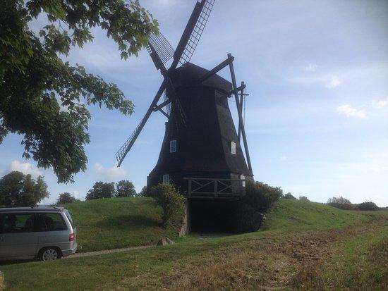 Faxe Ladeplads, Denmark: Den gamle hollandske bakkemølle i flot modlys