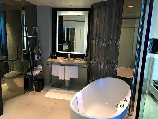 Bagno con vasca e doccia. bellissimo picture of w bangkok bangkok