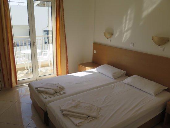 Frixos Hotel & Apartments: twin room facing pool