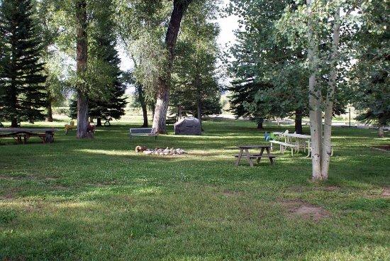 Island Acres Resort Motel: Park-Like Grounds