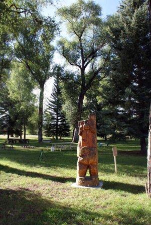 Island Acres Resort Motel: Interesting Ground Sculpture