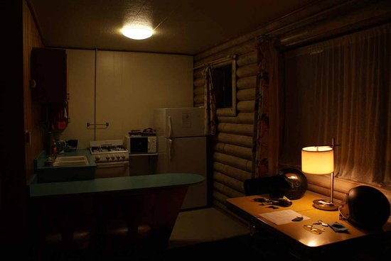 Island Acres Resort Motel: Kitchenette & Dining Table (again - no flash)