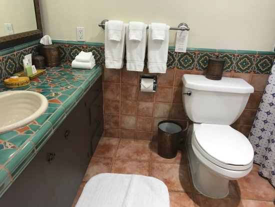 Ojai, CA: We had two rooms - this is the Queen room bath