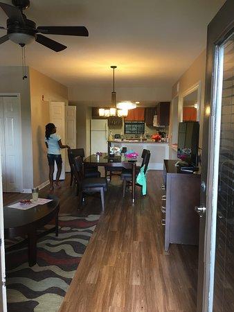 Liki Tiki Village: Dining room in suite
