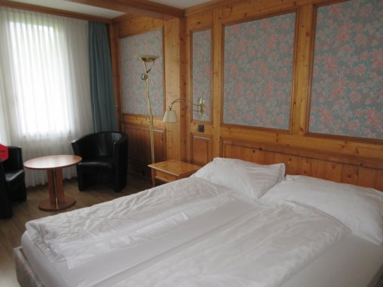 Lenk im Simmental, Ελβετία: our room to the front of the hotel