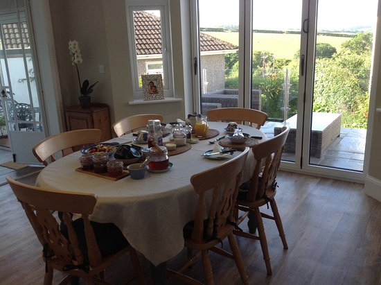 Stowford Guest House: Enjoy breakfast in light & airy room overlooking garden and countryside