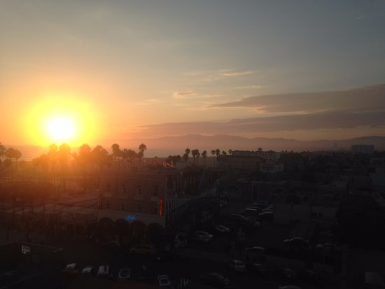 Hotel Erwin: View of sunset from rooftop bar