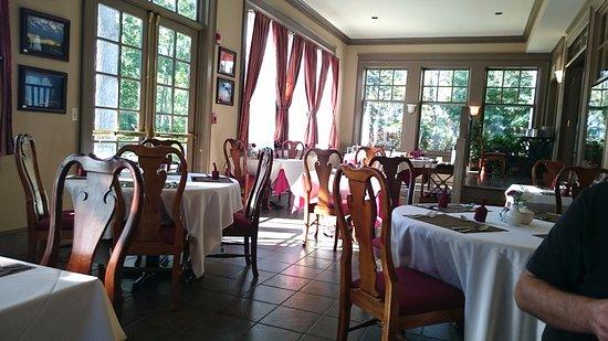 Lenox, MA: Spacious and elegant dining area