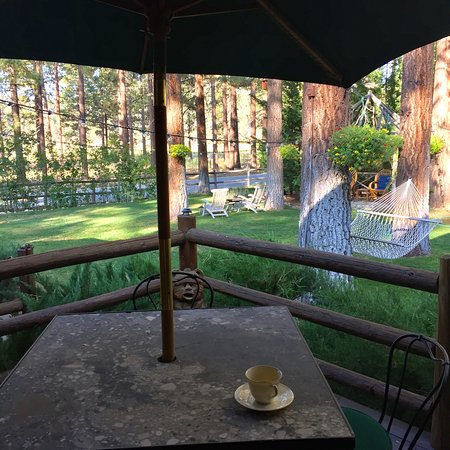 Fawnskin, CA: Coffee on the Garden Suite deck