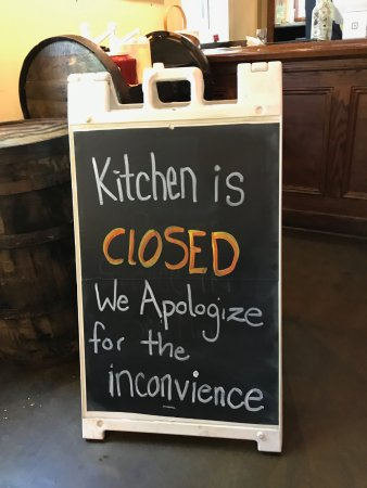Elmsford, Nova York: After being told that the kitchen would open soon they ran around and grabbed the menus and post