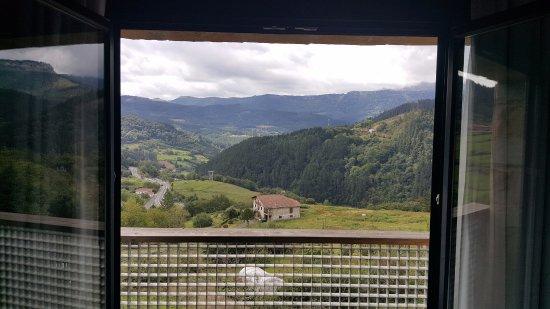 Zeanuri, Spanien: Impresionantes vistas desde la habitación(suite 10)