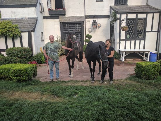 Muir Beach, Califórnia: Pamella was kind enough to take a picture of us with our horses in front of the inn.