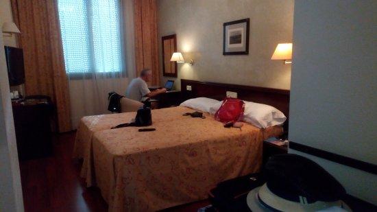 Hotel Derby Sevilla: Confortable y buena vista