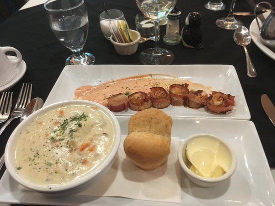Clarenville, Канада: Top plate: scallops wrapped with bacon, Bottom: chowder with dinner roll and butter