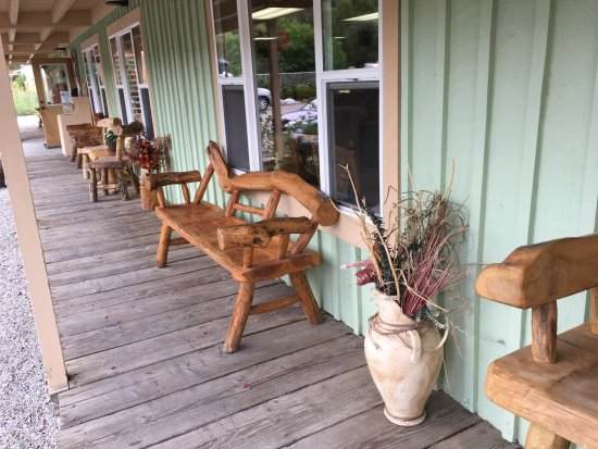 Buena Vista, โคโลราโด: Loved the quaint log furniture found on the porches