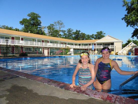 روديواي إن أورليانز: This is a pic of my girls on one of the several mornings they enjoyed the swimming pool!