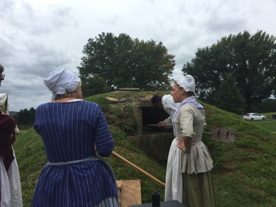 Valley Forge, Pensylwania: Baking bread in an earth oven.